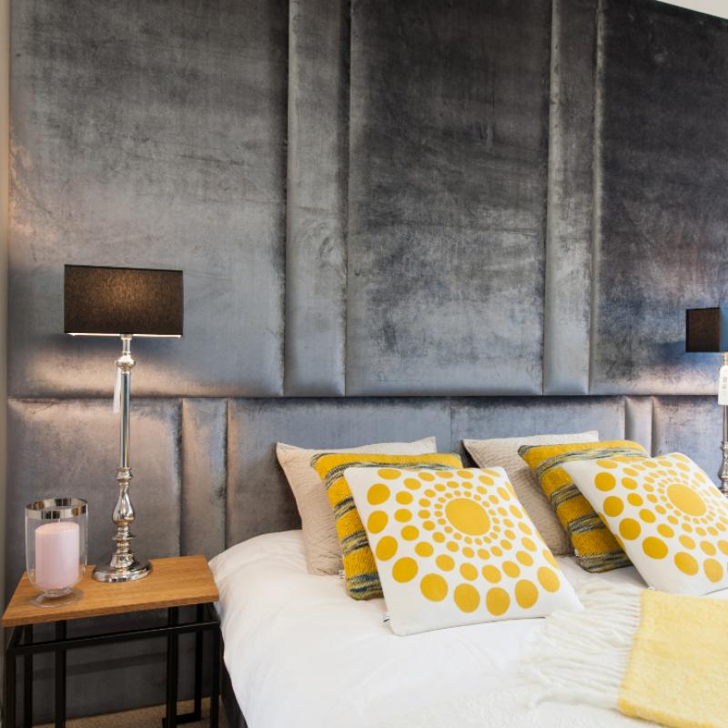 Ściana tapicerowana z łóżkiem